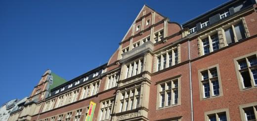 Die FDP-Zentrale in Berlin (Quelle: https://de.wikipedia.org/wiki/Hans-Dietrich-Genscher-Haus#/media/Datei:Flagge_FDP_02.jpg)