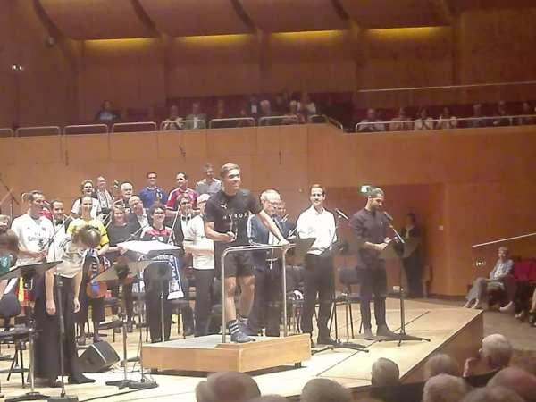 """Mit Fussballschal 2019 in die Philharmonie – Eindrücke von Moritz Eggerts Fussballoratorium """"Die Tiefe des Raums"""""""