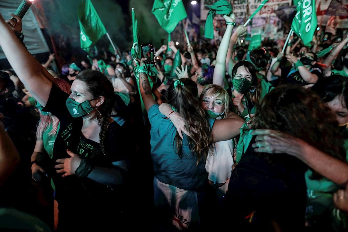 Manifestantes celebran el resultado de la votación en el Senado de Argentina, a favor de la legalización del aborto, en Buenos Aires. EFE/ Juan Ignacio Roncoroni