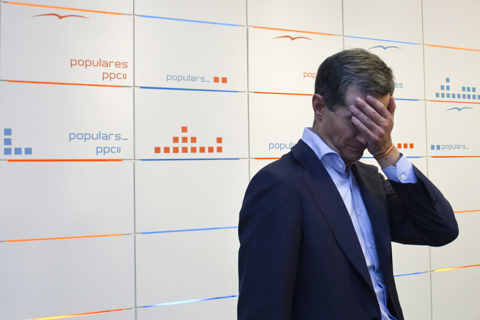 El portavoz parlamentario y secretario general del PP valenciano, Ricardo Costa, la noche que fue cesado de todos sus cargos por la dirección nacional del Partido Popular. (13/10/2009) / El Periódico/Miguel Lorenzo
