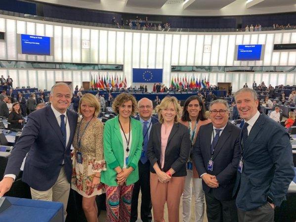 Esteban González Pons y Dolors Monserrat, junto con otros eurodiputados del PP en el hemiciclo del Parlamento Europeo. TWITTER/@DolorsMM