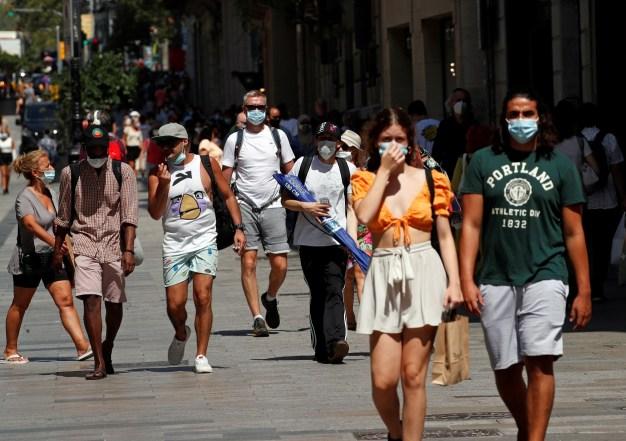 Personas con mascarilla paseando por el centro de Barcelona. REUTERS/Albert Gea
