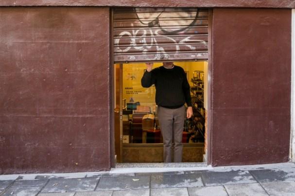 Un autónomo echa el cierre de su negocio. E.P./Ricardo Rubio.