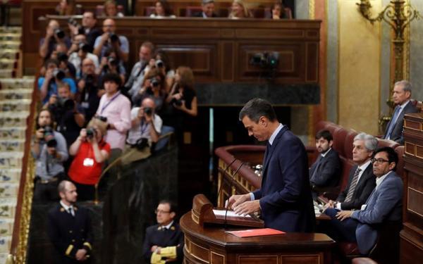 El candidato socialista, Pedro Sánchez, durante la segunda y definitiva votación de investidura en el pleno del Congreso de los Diputados. EFE/Emilio Naranjo