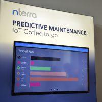 IoT Coffee to go-Show-case der Firma nterra. Auf dem Bildschirm werden die Kaffestände veranschaulicht.