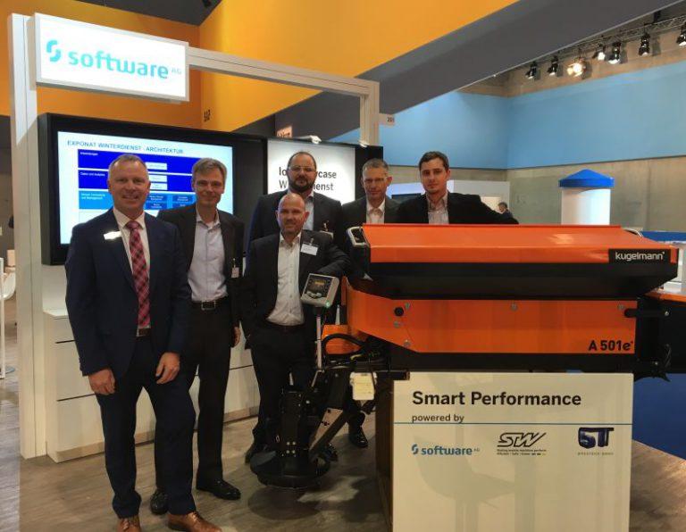 Das Standteam des Software AG Standes auf der Smart Country Convention mit Demo. Präsentation der Smart City Plattform in Kooperation mit SAP und Cumulocity IoT als treibende Kraft