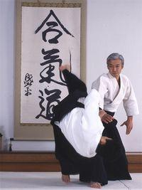 """Doshu practicando Aikido ante la caligrafía """"Aikido"""" de O-Sensei, en el Aikikai Hombu Dojo (dojo del centro mundial del Aikido, en Tokio)"""