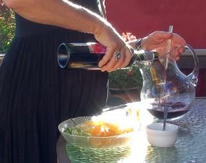 pouring the vino tinto into the jarra