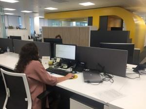 Natalia trabajando en su puesto de trabajo en Ferrovial
