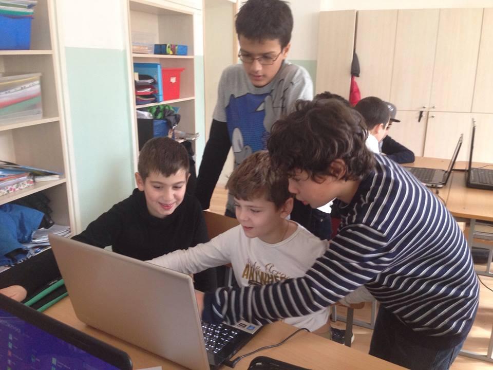 По-големите Uwekinder обучават малките на програмата PowerPoint.