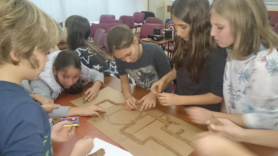 След посещение на тракийски гробници, децата правят макет.
