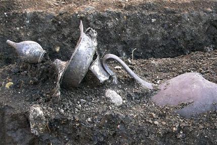 I due recipienti d'argento trovati ad Aigai (AP Photo/Aristotle University of Thessaloniki)