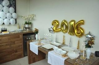 Simples balões e fitinhos na mesa