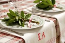 arranjo de ervas sobre a mesa
