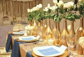 Garrafas pintadas de dourado com flores