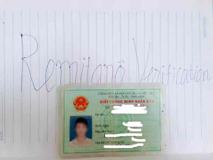 Ảnh đặt CMND lên giấy có chữ Remitano Verication