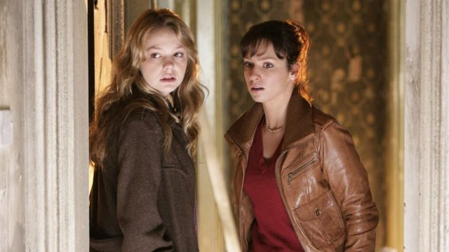 Sally Sparrow (Carey Mulligan) and Kathy Nightingale (Lucy Gaskell) in Doctor Who 'Blink' © BBC