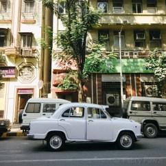 Mobil klasik milik inspektur Vijai. Ngomong-ngomong soal inspektur, kami sempat diinspeksi ketika foto-foto di kawasan ini. Kamera Adjuy sampai disita.