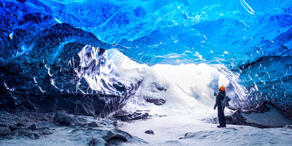 Explorateur dans une caverne de glace