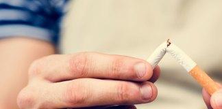Fumeur qui casse sa cigarette