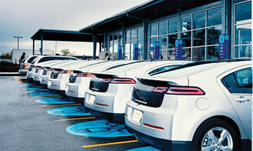 vehicules-electriques-devant-des-bornes
