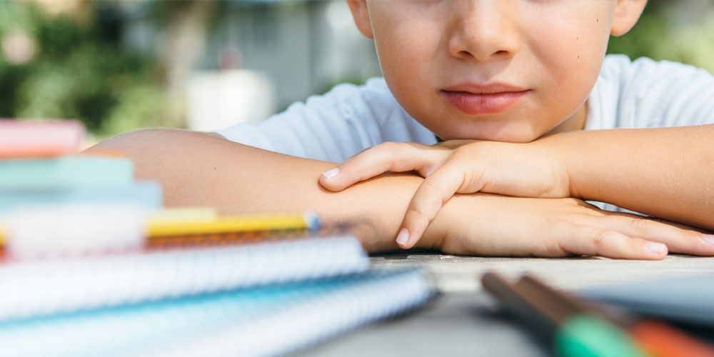 Enfant qui regarde ses livres