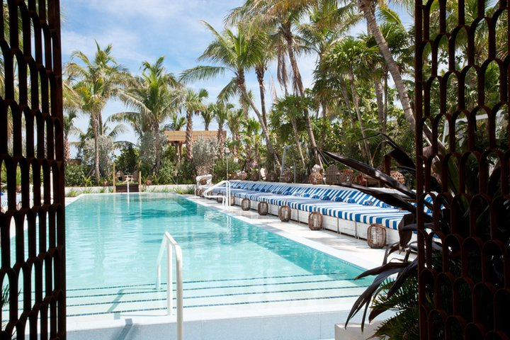 soho-beach-house-miami-piscine-et-chaises
