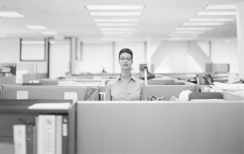 employee-au-travail-dans-son-cubicule