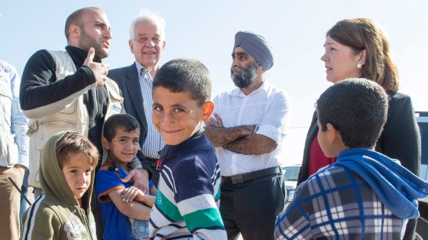 john-mccallum-en-jordanie-pour-les-refugies-syriens-decembre-2015
