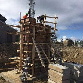 Installation des formes pour le pylône arrière au sommet qui a été coulé vendredi dernier.