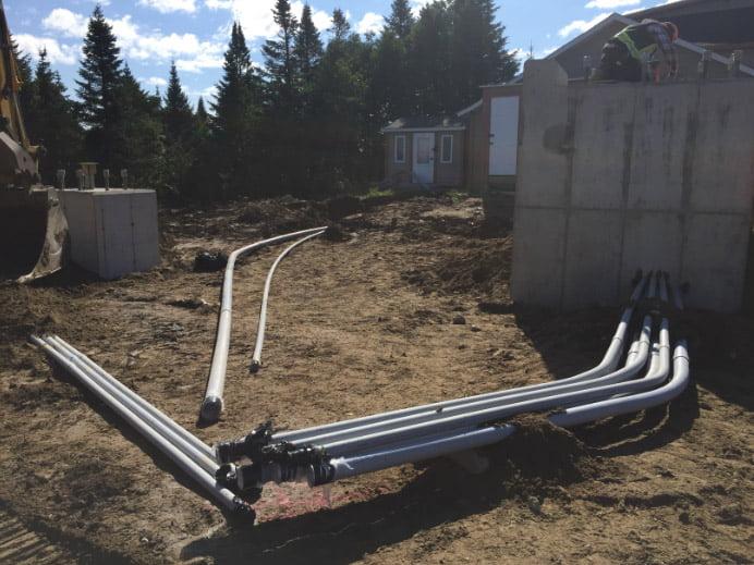 Installation des conduits pour passer les fils électriques. Importation des matériaux pour arriver au niveau final.