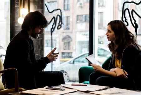 Carolina Daza entrevista al cineasta Mikel Rueda en Madrid. Fotografía de Ana Álvarez Prada.