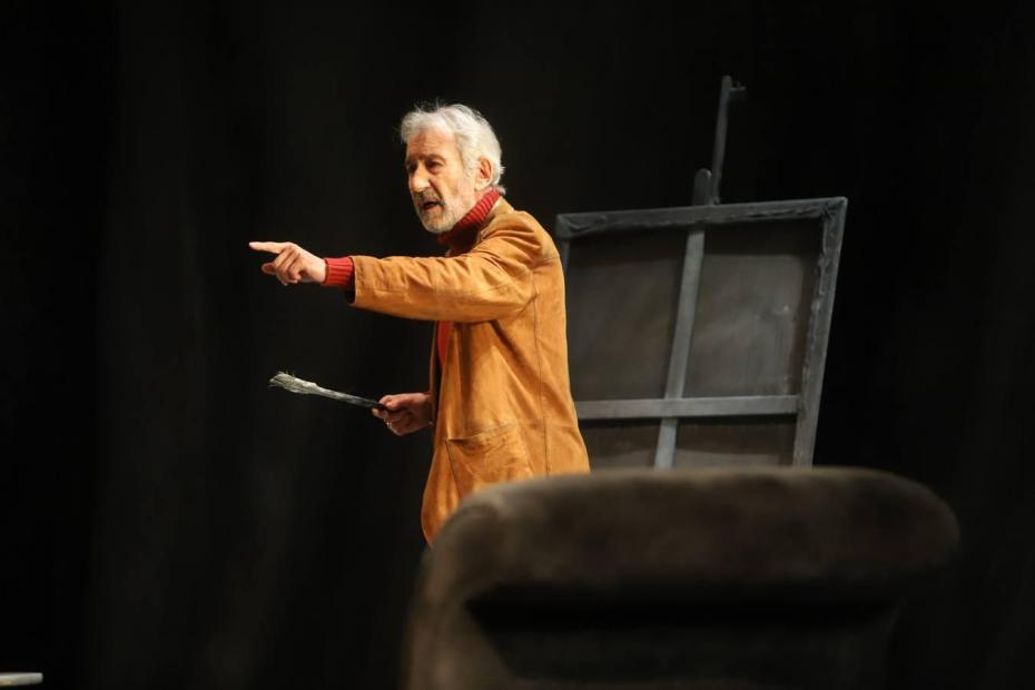 José Sacristán en la obra de teatro Señora de rojo sobre fondo gris