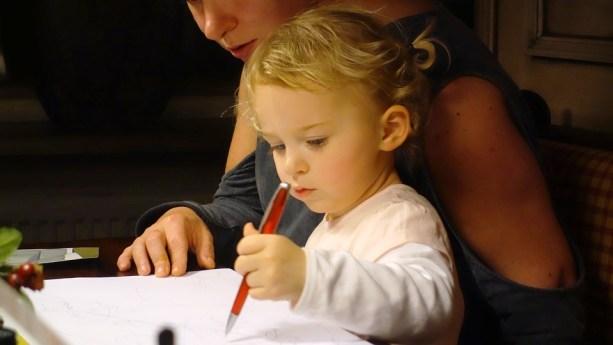copilul scrie cu mana stanga-foto pixabay.com (6)