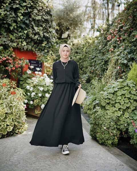 Mix n Match Hijab Terkini Yang Instagramable - Mix n match abaya hitam dengan pashimna dan sepatu canvas