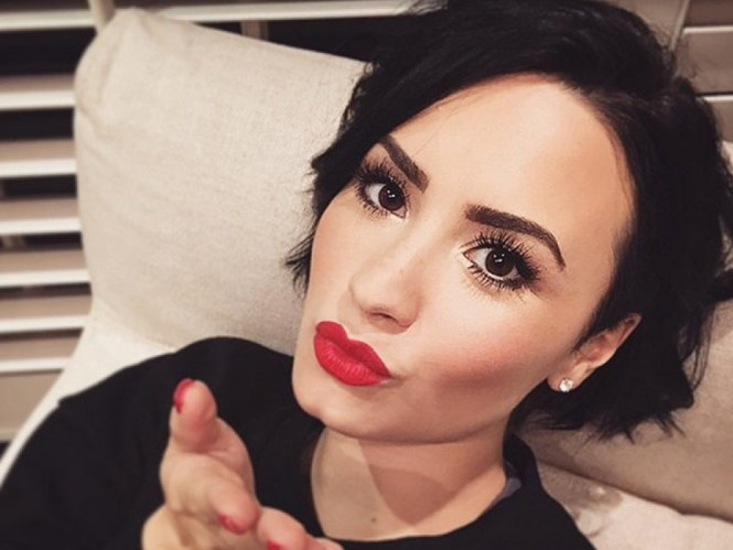 demi-lovato-red-lips-ftr