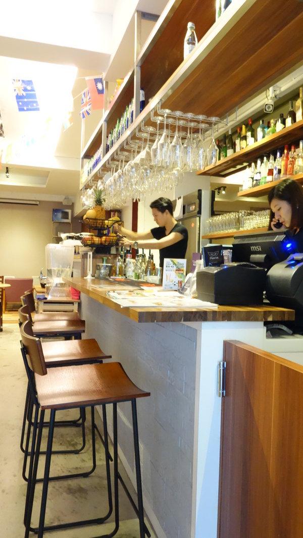 臺北運動主題美式餐廳。拿鐵咖啡讓人意猶未盡。 @ 三 ...