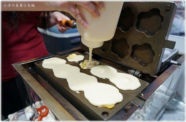 15c53746 dadf 4381 af6d 62812ee8f9b0 - 熱血採訪║隱藏忠孝夜市Q醬雞蛋糕,擄獲「雞蛋糕正妹」!高達12種口味雞蛋糕,淋醬、牽絲、爆漿、流沙多種口味一次滿足!