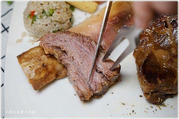 c3851950 09a2 4ad7 a59d 3ac1da4e435d - 熱血採訪║老饕不能錯過高貴不貴的多汁牛排,戰斧牛排超浮誇,豪邁大口吃肉肉(飲料水果湯品無限續)(已歇業)