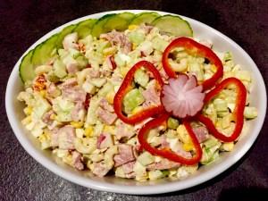 Sałatka makaronowa w białym półmisku