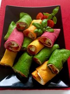 Kolorowe naleśniki apetycznie podane na przekąskę