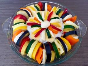 Kolorowa zapiekanka przygotowana do włożenia do piekarnika