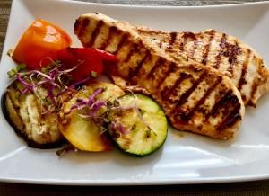 Grilowany filet podany z warzywami