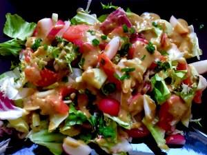 Sałatka warzywna z sosem miodowo-musztardowym