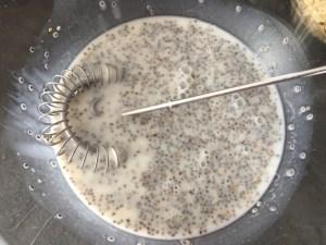 Nasiona chia wymieszane z mlekiem