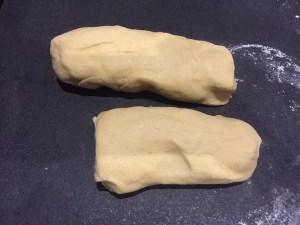 Ciasto na placek malinowy podzielone na dwie części