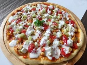 Pizza z mięsem z kurczaka i warzywami w sosie czosnkowym