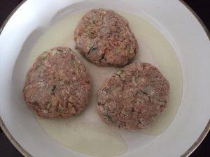 Mięso mielone przygotowane na kotleciki