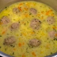 Zupa ze świeżych ogórków z klopsikami i serkiem topionym