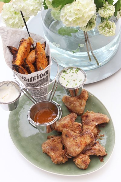 Parmesan-Süßkartoffel-Wedges, Chicken Wings & Parmesan-Joghurt Dip – VitAir Turbo Heißluftfritteuse von Klarstein